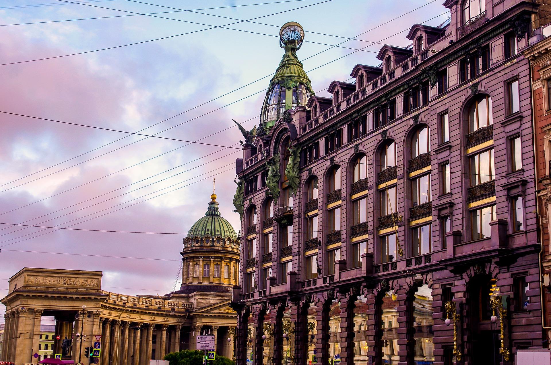 La maison du chanteur avec une tour et la cathédrale de Kazan
