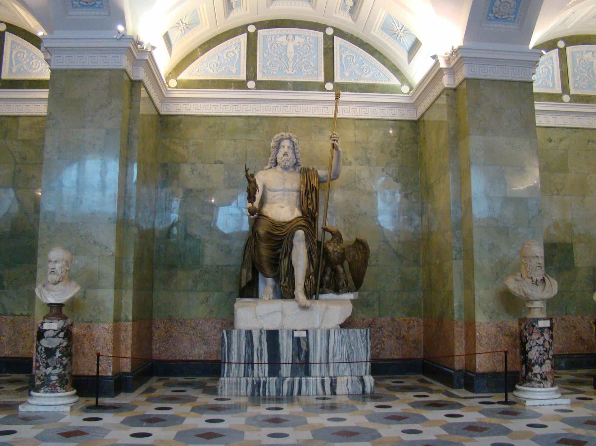 Statue dans un manteau de fourrure