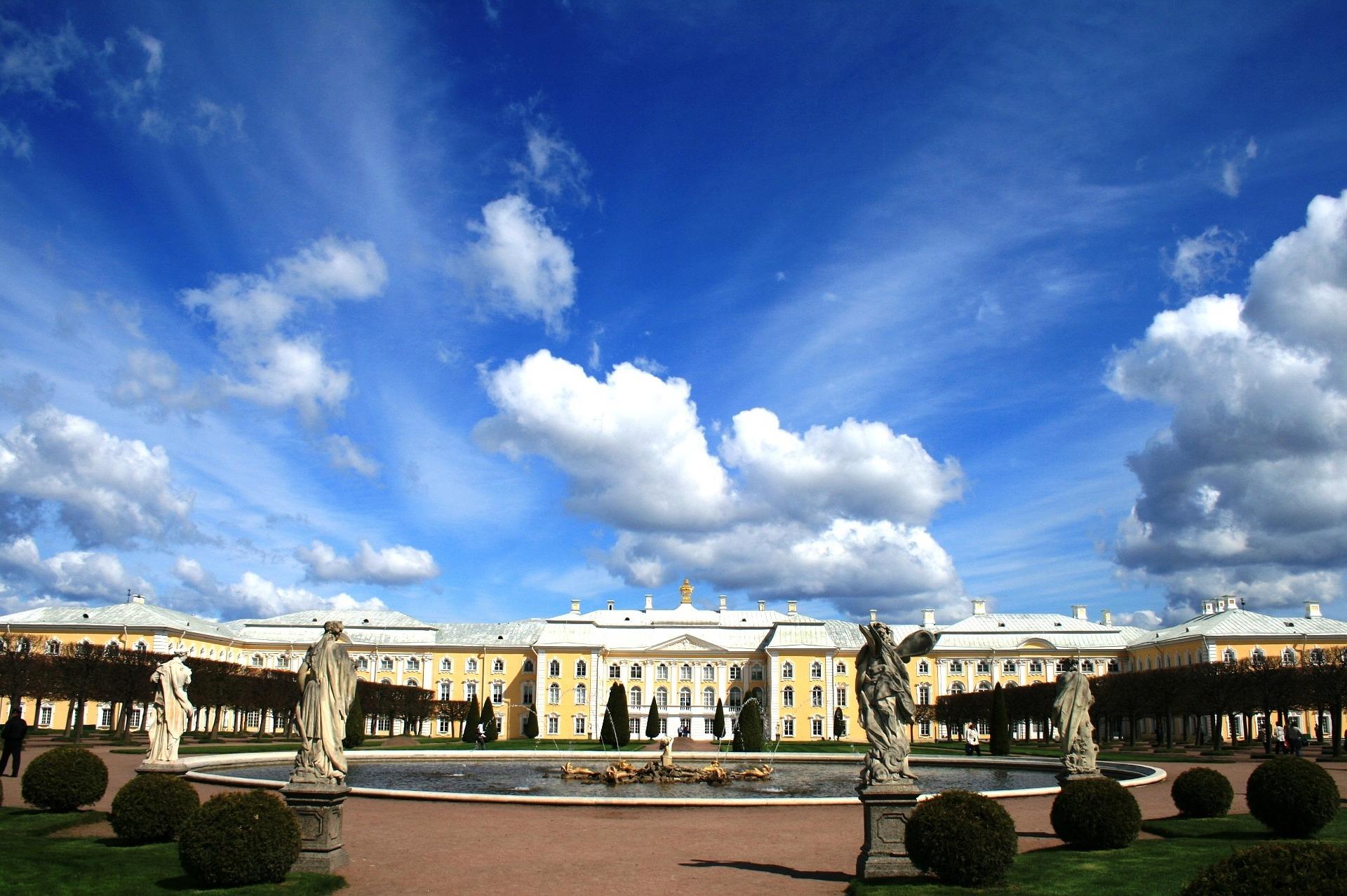 carré avec des statues sous un ciel bleu