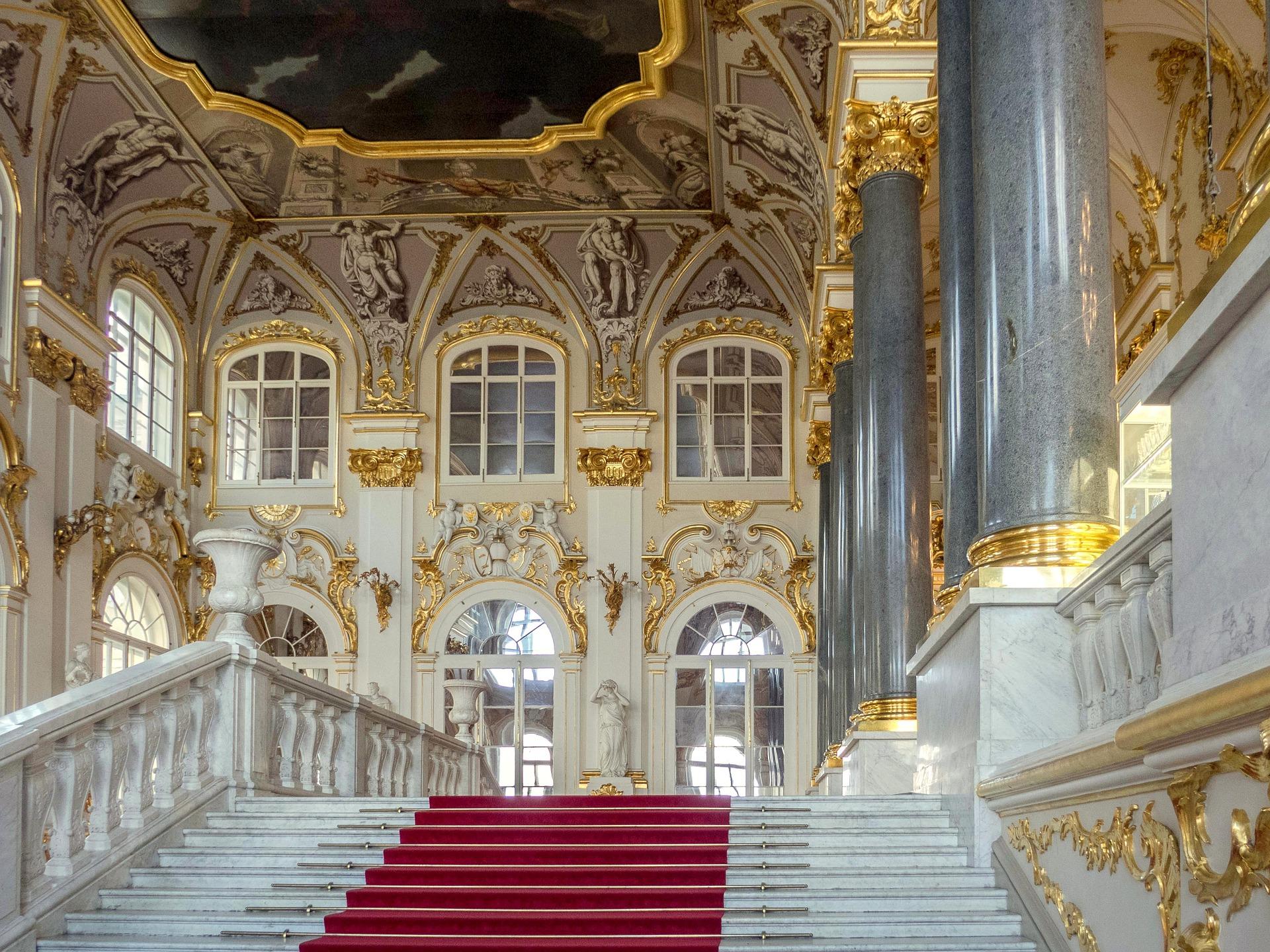 grand escalier avec un tapis rouge dans l'ermitage