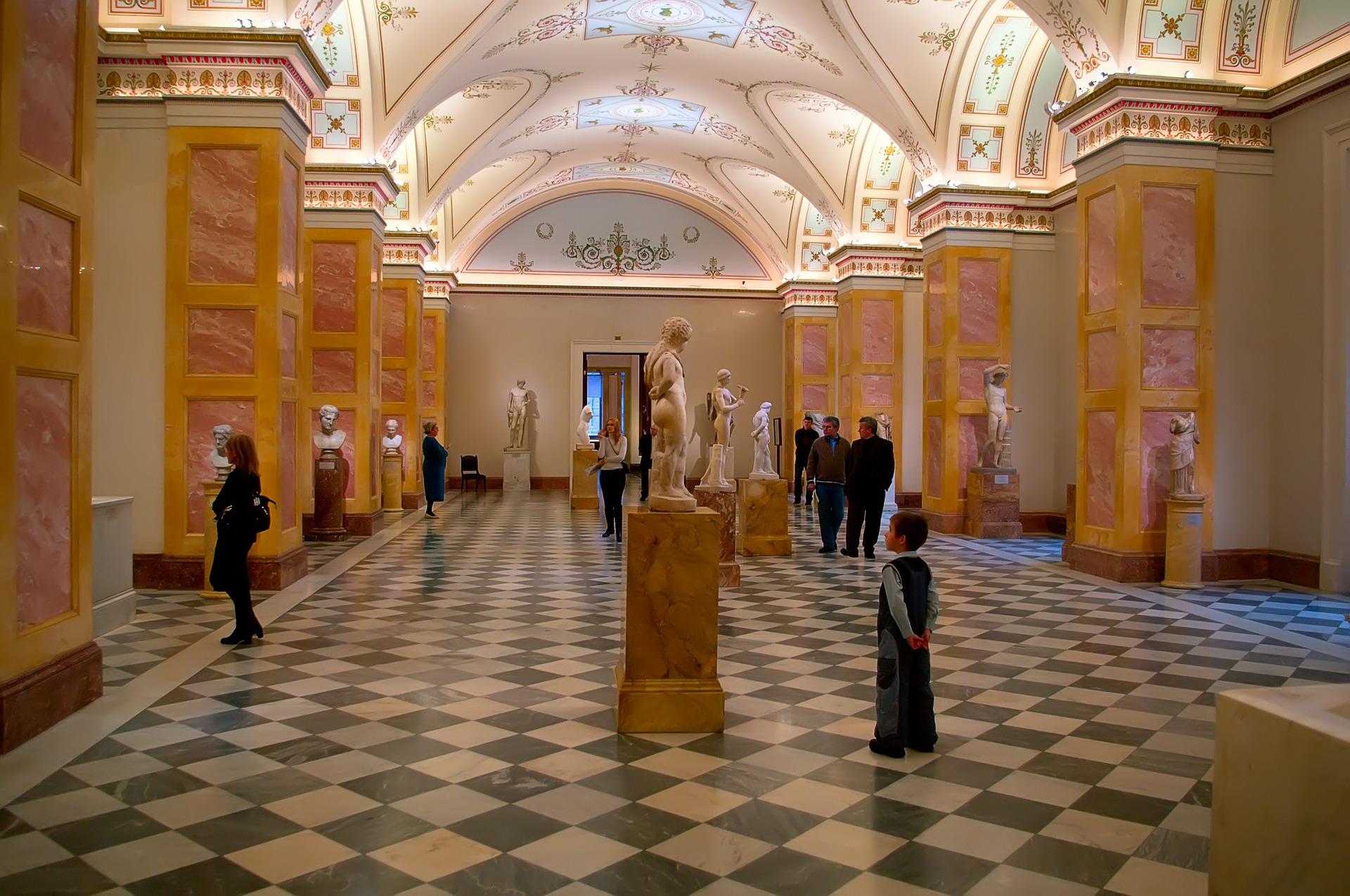 hall avec des colonnes blanches