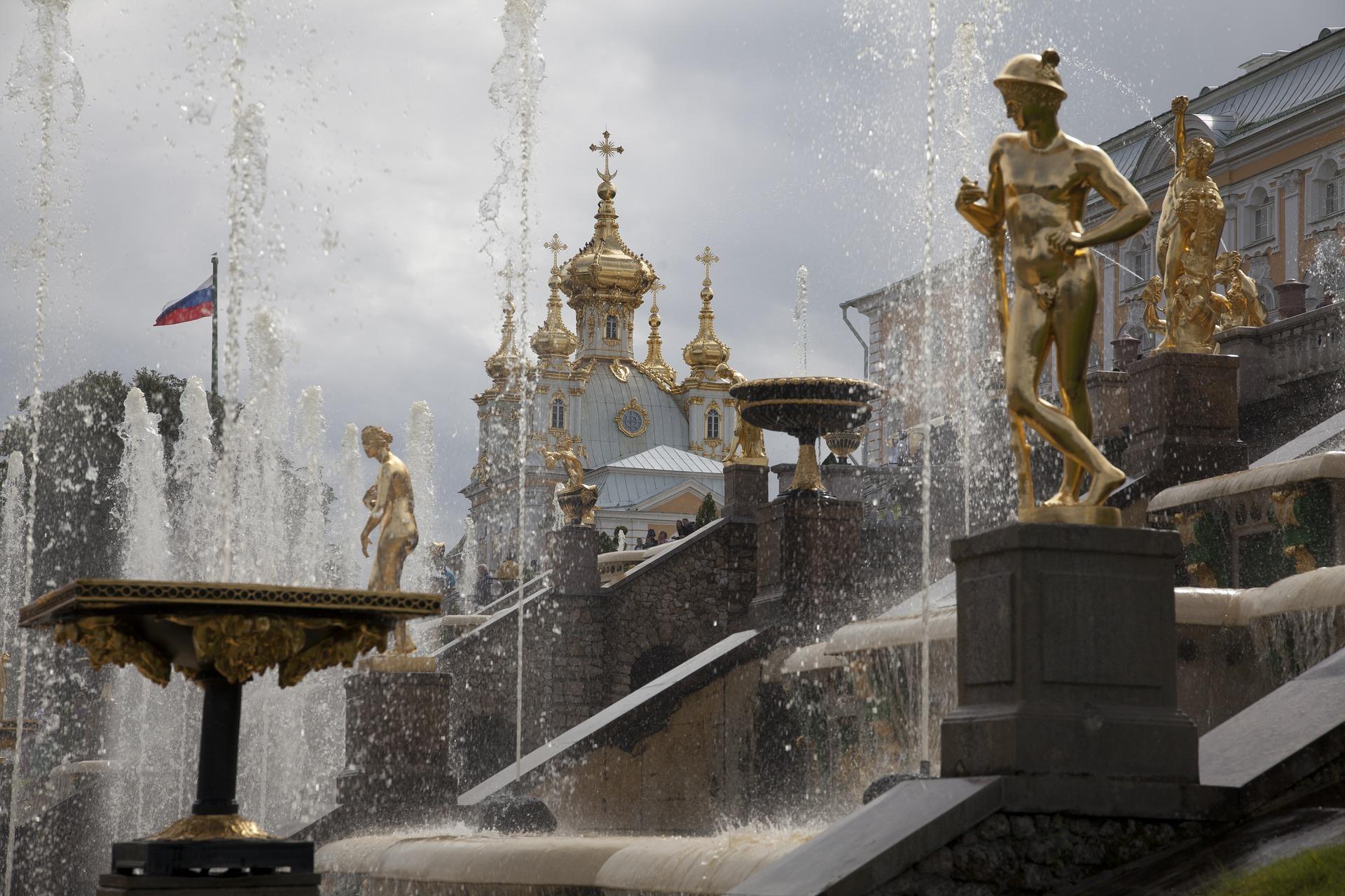incroyablement belles fontaines de Peterhof avec une vue sur les dômes dorés
