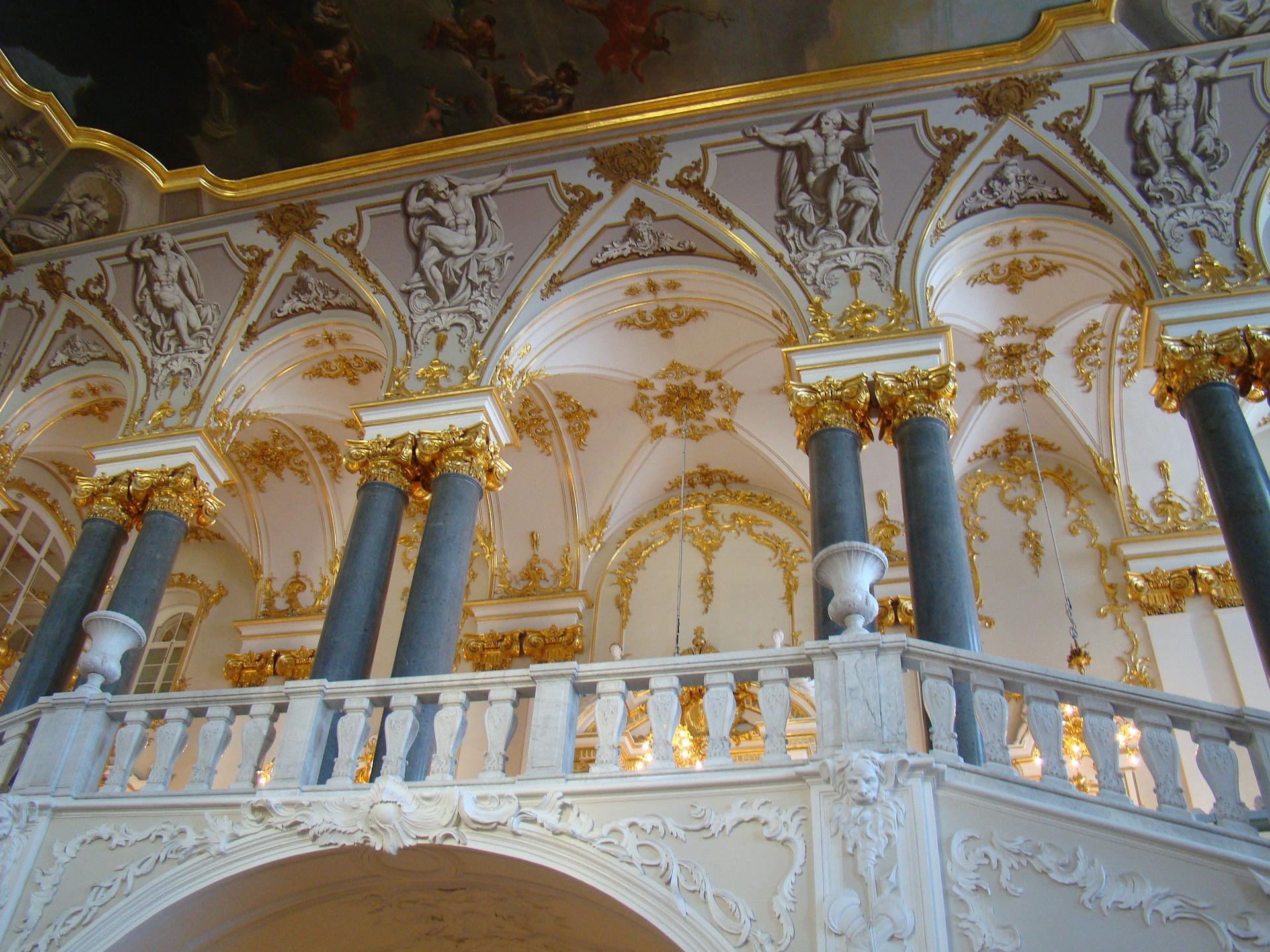 or sur la décoration blanche dans le palais d'hiver