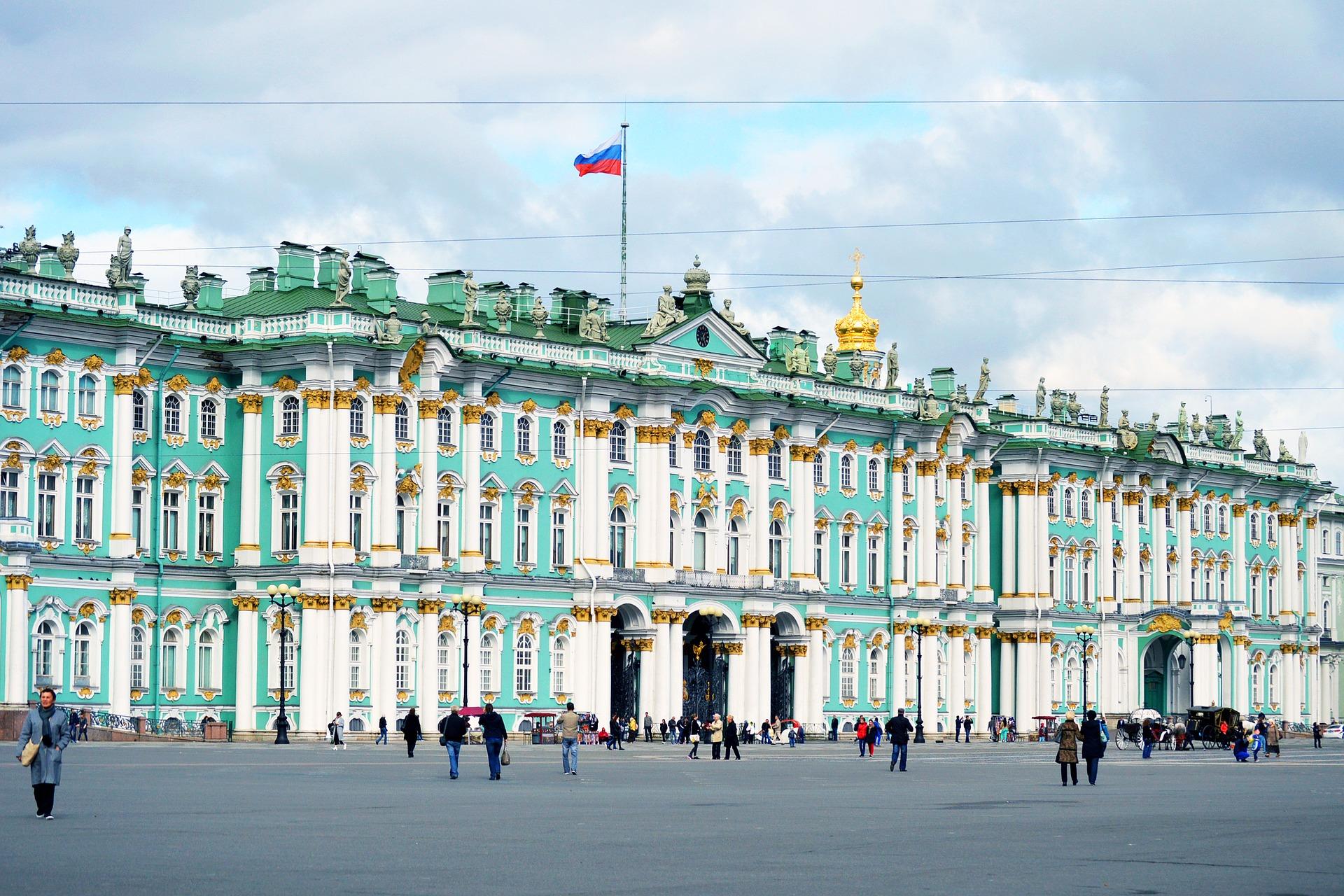 vue du palais d'hiver avec la colonne alexandrine