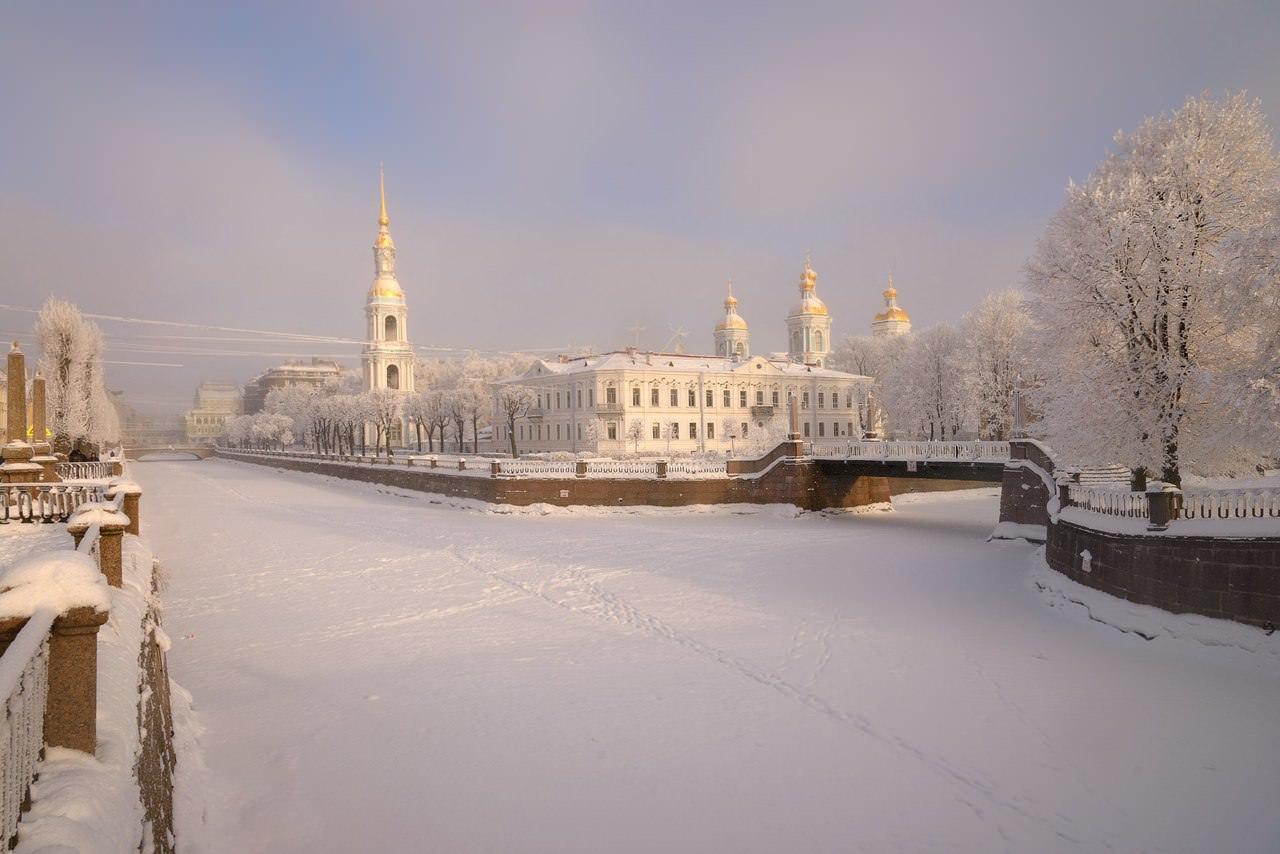 le quai de saint petersbourg en hiver