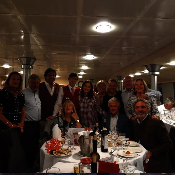 Aida avec des touristes sur le bateau un mec la serre dans les bras