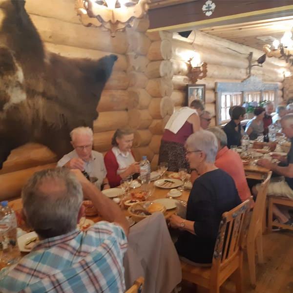 Des touristes français mangent au restaurant composé de style russe