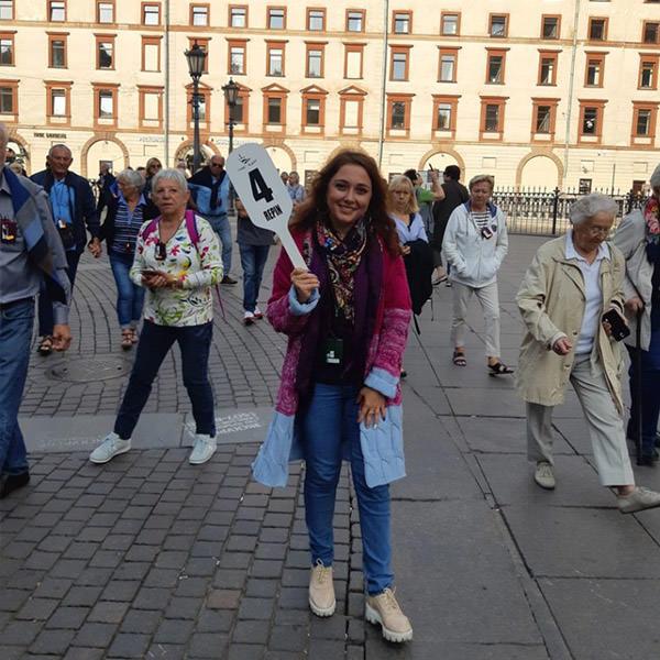 Happy Aida avec un signe sur son excursion. Elle est guide francophone à Pétersbourg. Tout le même secteur avant le Sauveur sur le sang répandu été 2018 nous sommes amoureux