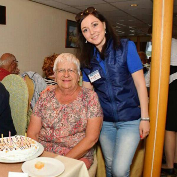 Joyeuse touriste française au restaurant fête son anniversaire avec son guide