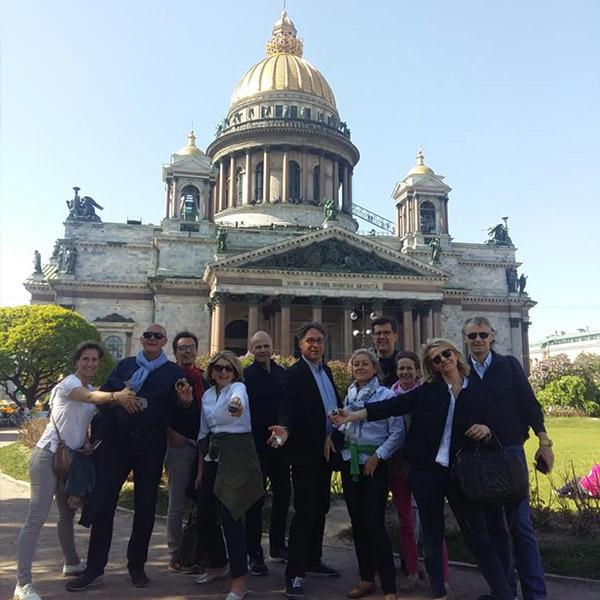 Touristes de France sur le fond de la cathédrale Saint-Isaac