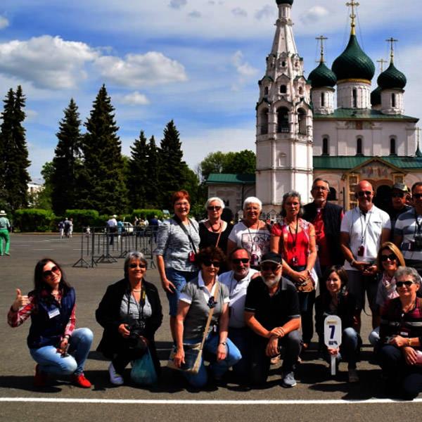 groupe de touristes de France avec un guide sur le fond de l'église blanche
