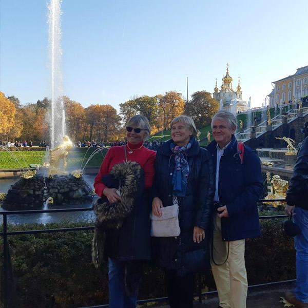 touristes de la France sur le fond des fontaines à Peterhof chaud été chaud guides
