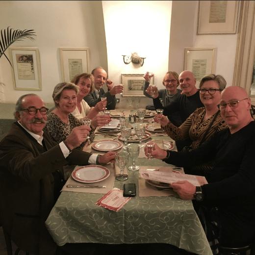 mes chers touristes au restaurant a Saint Petersbourg