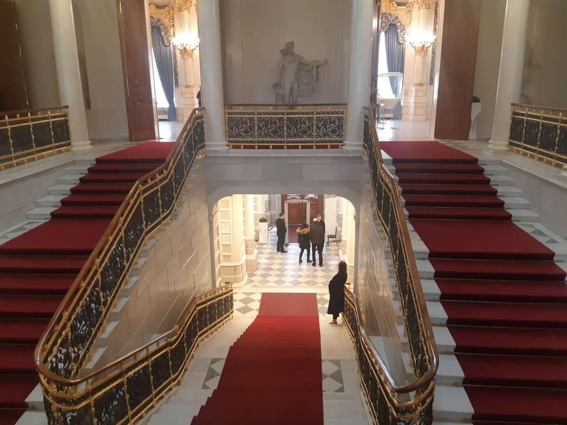 statue sur l`escalier faberge